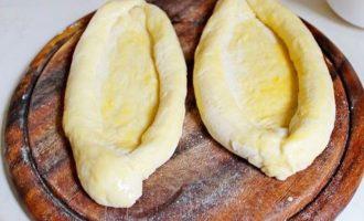 Внутреность тестовых заготовк смажьте смесью из яичного желтка и растительного масла.