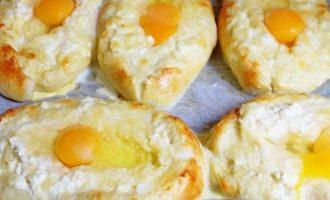Теперь поставьте выпекать аджарскиехачапурилодочки на 15 минут до легкого румянца. Перед выпечкой смажьте яйцом, смешанным с растительным маслом.