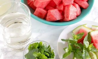 Перед приготовлением арбузного мохито, выберете арбуз сладкий, так как в состав входит лайм, который придает напитку кислинку. Еще возьмите свежую мяту и светлый ром.