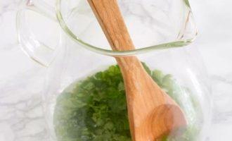 Порвите листья мяты на более мелкие кусочки и добавьте их в кувшин вместе со свежим соком лайма и простым сиропом. Перемешивайте около 30 секунд, чтобы подслащенный сок стал иметь приятный мятный запах. Насыщенный простой сироп состоит из двух частей сахара и одной части воды. Сделать это дома легко и просто.