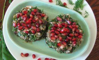 Сформируйте из приготовленных ингредиентов лепешку и сверху украсьте зернами граната и выложите на сервировочное блюдо.
