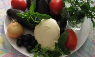 Вначале подготовьте все ингредиенты для приготовления закуски из баклажанов с сыром и помидорами в духовке. Баклажаны для этого блюда выбирайте продолговатые, упругие и свежие. Остальные компоненты указаны в рецептуре.