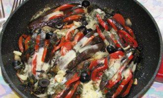Теперь духовку разогрейте до температуры 180 градусов, будущие баклажаны с сыром и помидорами, посолите, поперчите и брызните оливковым маслом, Поставьте в духовку на 30 минут, за 5 минут до окончания готовности разложите сверху кусочки моцареллы. Закуска готова, ее можно употреблять с пылу, с жару и даже в холодном виде.