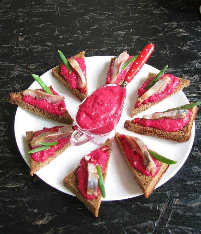 Бутерброды с сельдью и муссом из свеклы