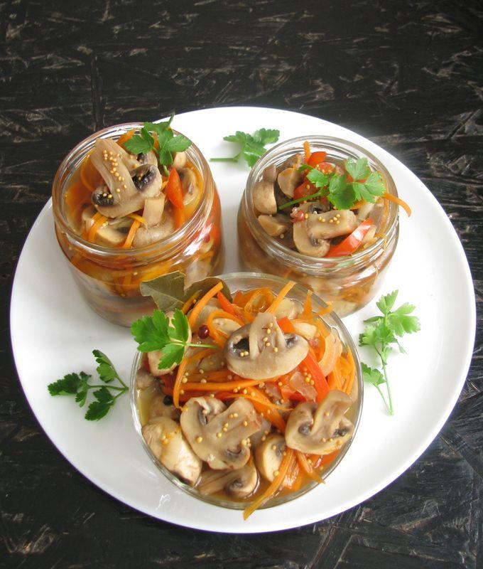 Быстрые маринованные шампиньоны с овощами