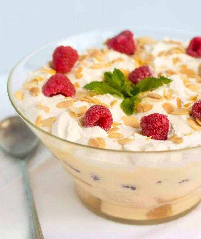 Десерт с малиной и бисквита