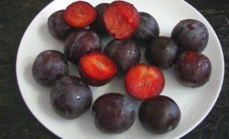 Плоды сливы хорошо промойте под проточной холодной водой.