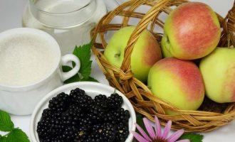 Для приготовления джема из ежевики и яблок, следует подготовить все компоненты. Так как ягоды имеют сладкий вкус, то яблоки лучше возьмите кисло-сладких сортов или даже кисленькие.
