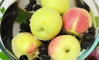 Ежевику просмотреть, чтобы не было подгнивших и испорченных ягод, а потом хорошо промыть вместе с яблоками.