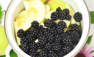 В эмалированную кастрюлю выложить нарезанные яблоки и ежевику без плодоножки.
