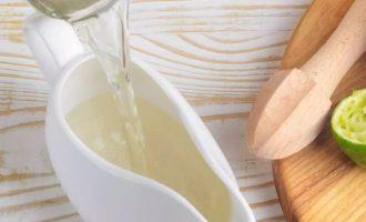 После вылейте сироп в стеклянную банку и добавьте три столовые ложки сока лайма и уксус. Закройте банку крышкой и хорошо встряхните. Перелейте заправку в небольшой сервировочный кувшин, соусник или красивую банку и поставьте в холодильник.