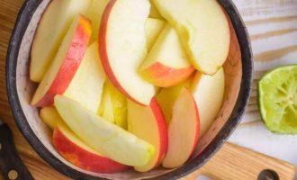 Оставьте кожуру яблока для цвета или очистите яблоки, если хотите. Нарежьте их на 6-8 долек на каждое яблоко, отбросив стебель, сердцевину и семена. Выдавите половинки лайма на яблоки, затем перемешайте их так, чтобы сок покрыл все открытые поверхности яблока и не позволил им стать коричневыми.