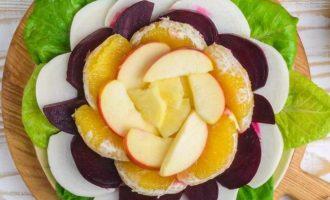 На тарелку выложите салатные листья, а затем разложите все фрукты и овощи привлекательным образом, соблюдая контрастные цвета.