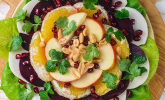 Посыпьте сверху зернами граната, арахисом и украсьте листьями кинзы.