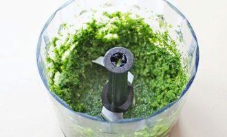 Вышеуказанную зелень, чеснок и оливковое масло пробейте до однородного состояния.