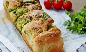 Будущий итальянский хлеб с зеленью поместите в смазанную форму, поставьте в теплое место на полчаса, а потом оправьте в разогретую духовку до 180-190 градусов. По истечение времени хлеб извлеките из формы.