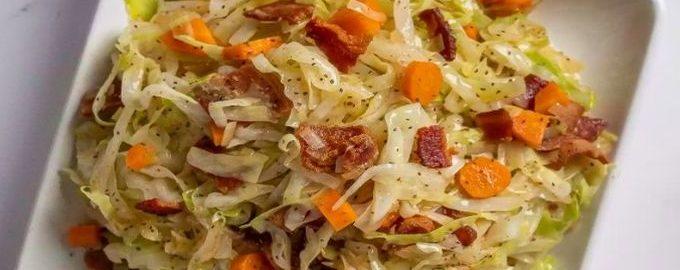 Капуста тушеная с беконом, луком и морковью