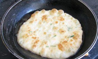 После замеса теста, оставьте его еще на 15 минут, а потом разделайте одинаковые по размеру шарики, раскатайте скалкой и поджарьте на разогретой сковородке с растительным маслом до красивого колера.