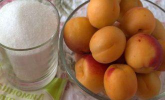Для приготовления консервированных половинки абрикосов в сиропе на зиму понадобятся абрикосы, сахар, вода и лимонная кислота. Плоды возьмите спелые, но желательно чтобы они были плотные, ароматные и не переспевшие. Лимонной кислоты берите немного, она улучшает вкус плодов и сиропа и выполняет роль консерванта.