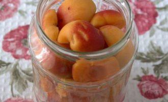 Стеклянные литровые баночки простерилизуйте и выложите аккуратно абрикосы. Заметьте! У меня абрикосы взяты на 4 литровые баночки. В одну банку входит приблизительно 600 грамм.