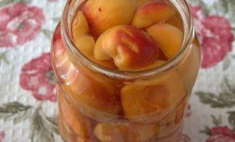 Залейте банки с подготовленными плодами крутым кипятком, дайте постоять минут 10.