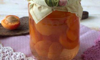 Хранить такие консервированные половинки абрикосов в сиропе на зиму можно не только в погребе или подвале, но и условиях городской квартиры (в сухом и темном месте).