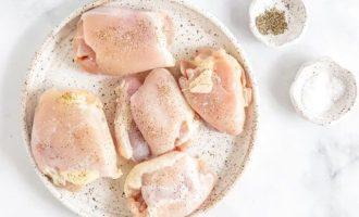 Куриные бедра посыпьте солью и черным перцем.