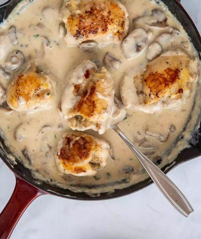 Куриные бедра в грибном соусе с добавлением белого вина