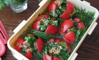Теперь нафаршируйте пряной начинкой подготовленные помидоры и залейте их маринадом. Сразу накройте плотной крышкой, сверху выложите гнет и пусть они постоят при комнатной температуре 5 часов. Затем отправьте в холодильник на 3 часа.