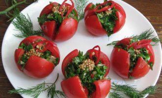 По истечение вышеуказанного времени закуску выложить на тарелку и можно тестировать вкус. К малосольным помидорам с зеленью можно подать картофель печеный, отварной или жаренный.