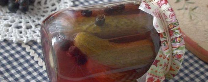 Маринованные огурцы в банке с ягодами