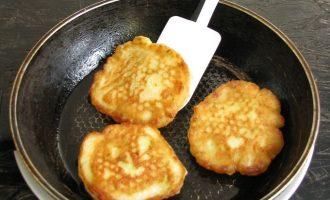 Сковородку с растительным маслом разогрейте, при помощи ложки выкладывайте осторожно тесто и обжарьте оладьи с двух сторон до красивого румянца. Достаточно 2-3 минуты для обжаривания с каждой стороны.