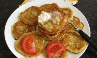 Подайте с оладьи на кефире с кабачками со сметаной и кусочками свежего помидора. Пожалуй завтрак удался.