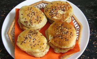 Потом выложите оладьи на кефире с семенами льна вначале на салфетки, чтобы не было лишнего жира.