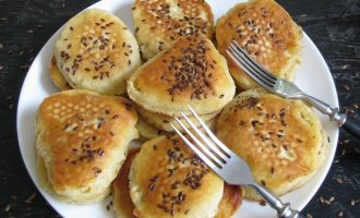 Оладьи на кефире с семенами льна готовы, выложите на сервировочное блюдо.