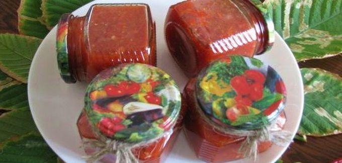 Острая аджика из овощей и яблок