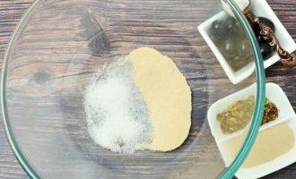 В удобное блюдо высыпьте сухие дрожжи и сахар.