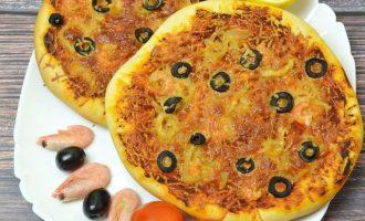 Духовку разогрейте до температурного режима — 180 градусов отправьте выпекать пиццу. Время потребуется около 35 минут.