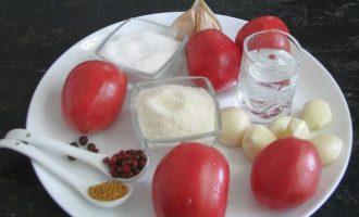 Чтобы приготовить помидоры в снегу для зимы вначале подготовьте все ингредиенты. Томаты возьмите не крупные и чтобы они были не переспевшие, иначе они потеряют целостную оболочку. Лучше всего для этого рецепта подойдут сливки. Также потребуется чеснок, зерна горчицы, перец горошком и душистый, а также гвоздика. Для рассола соль, сахар и уксус.