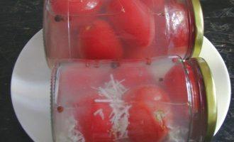 На заключительном этапе приготовьте маринад. Для этого в слитую воду с первого раза добавьте сахар и соль, прокипятите, чтобы исчезли кристаллики и в конце влейте еще уксус и вновьдоведите до момента закипания. Залейте готовым маринадом помидоры. Закупорьте винтовыми крышками, при этом всегда помните, что крышки должны быть новыми и стерильными. После сразу очень аккуратно банки наклоните, чтобы убедиться, что крышки герметично закрыты и не дают течь. Переверните до конца горлышком вниз, укутайтеи оставьте до полного охлаждения содержимого.