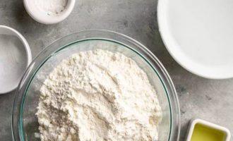 Подготовьте все компоненты для приготовления простых лепешек на сковороде. Муку подготовьте высшего или первого сорта, а также подойдет смесь из двух видов. Воду должна быть теплая. Остальные продукты введите строго по указанной рецептуре.