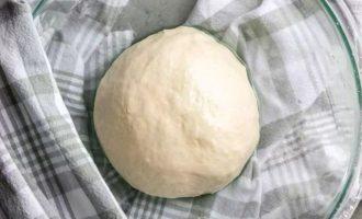 Сформируйте из теста шар и смажьте сверху оставшимся маслом, чтобы тесто не образовывало корку. Накройте и дайте постоять 30 минут.
