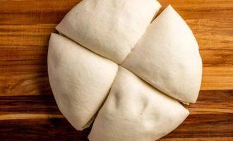 Тесто разрезать на 4 равных части. Покройте оставшееся тесто, работая по одному куску.