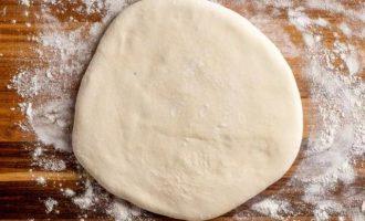 Сформируйте из теста шар, затем раскатайте до толщины в 3 см.