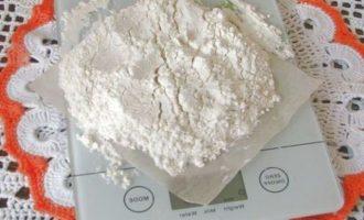 Пшеничную муку просеять через сито и взвесить точно на весах . Потребуется 55-60 грамм.