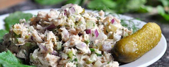 Рецепт салата из консервированного тунца с соленым огурцом