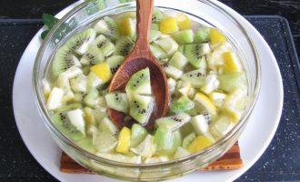 Оставить микс для варения из киви с маком на два часа, чтобы фрукты дали сок.