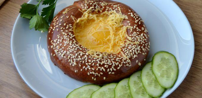 Рецепт яичницы с сыром в бублике