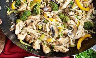 Рисовая лапша с курятиной и овощами