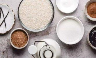 Подготовьте все компоненты для рисового пудинга с джемом и корицей. В качестве риса лучше всего подойдет белый длиннозерный и среднезернистый, но также подойдет арборио или короткозенрный белый рис. Из арборио получится более густой и липкий рисовый пудинг. Разрезанный стручок ванили можете заменить на ванильный экстракт, которого достаточно одной чайной ложки.